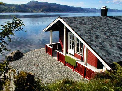 hytte ved sj en i sm stranda. Black Bedroom Furniture Sets. Home Design Ideas